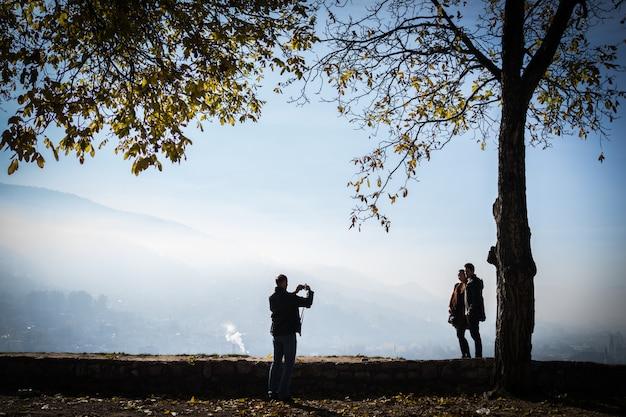 美しい公園で市街を望む人々