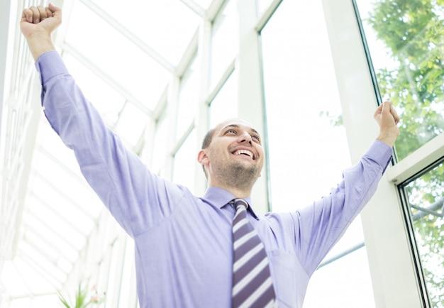 Молодой предприниматель в офисном здании