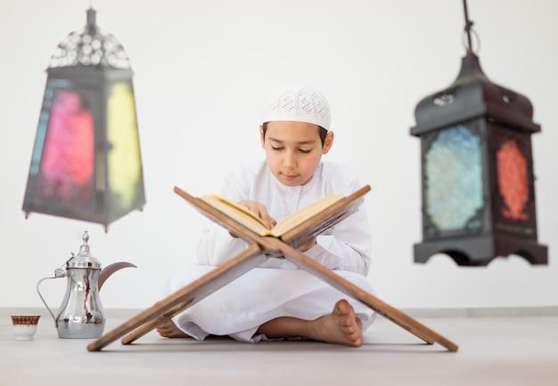 Счастливый малыш с фонарем рамадана