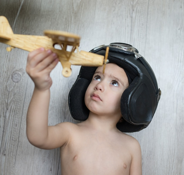 Счастливый парень, играющий с игрушечным самолетом