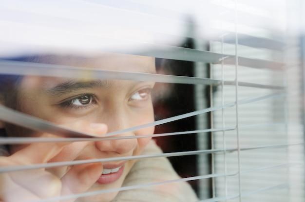 Жалобные люди заглядывают в шпионаж