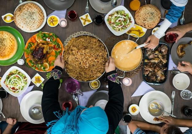 テーブル上で食べ物を食べる家族や友人のトップビュー