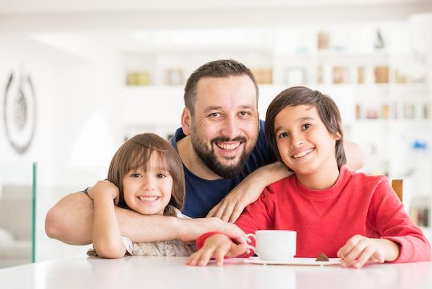 現代の新しい白い家で幸せな父と息子