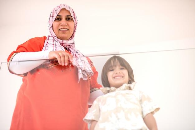 新しい近代家庭でハッピーイスラム教徒の家族