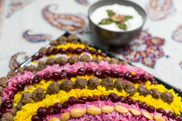 テーブル上にカラフルな自家製の芸術的な食事