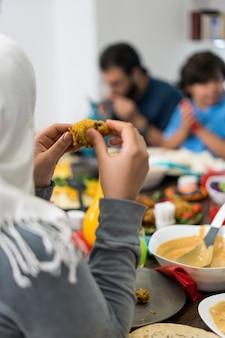夕食を食べるために家庭で一緒に集まる家族や友達