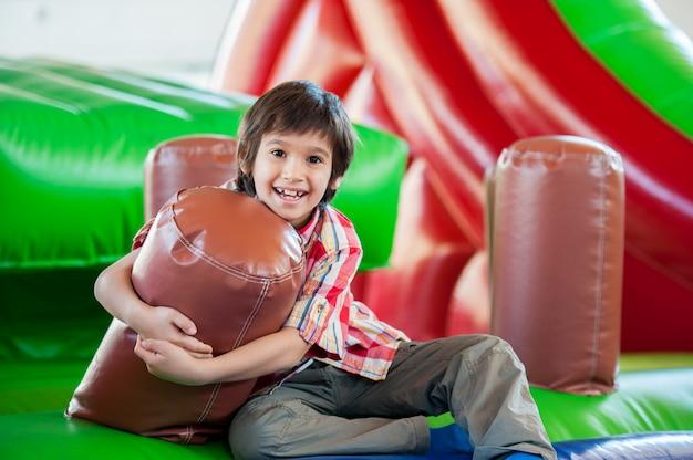 Счастливые дети на крытой игровой площадке