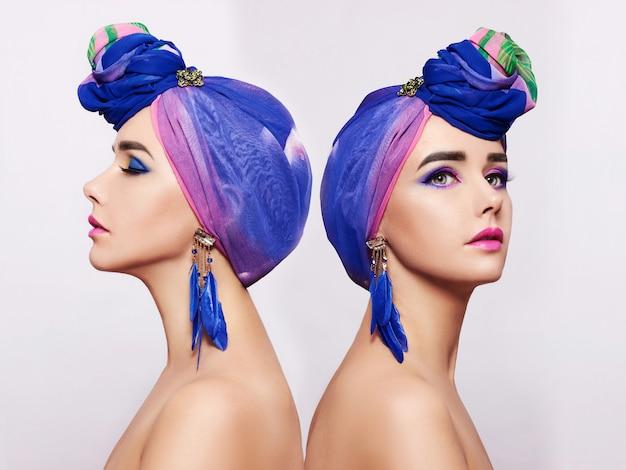 Портрет двух молодых женщин с ярким макияжем и модным платком.