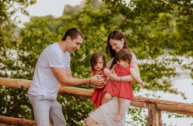 ハリネズミと遊ぶ若い家族