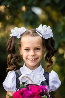 白の弓と制服の少女の肖像画