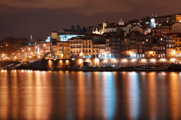 Старый город порту ночью, португалия.