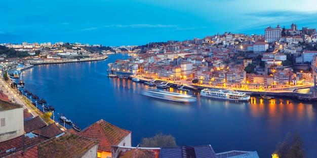 Ночной старый город и река дору в порту, португалия.