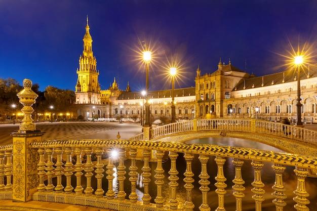 Плаза де испания ночью в севилье, испания