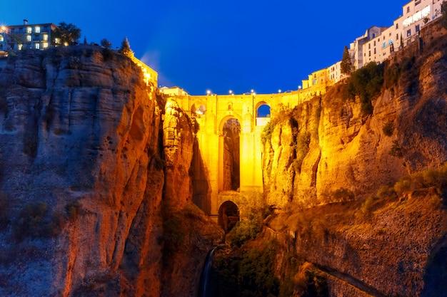Пуэнте нуэво, новый мост, ночью в ронде, испания