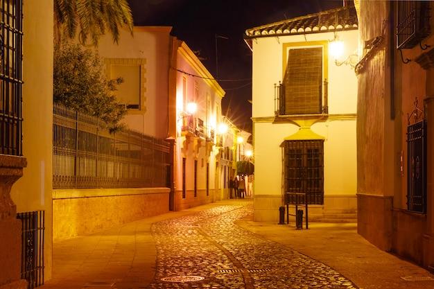 スペイン、ロンダの旧市街の夜の街