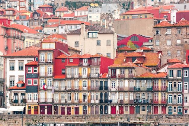 Старые красочные дома в рибейра, порту, португалия