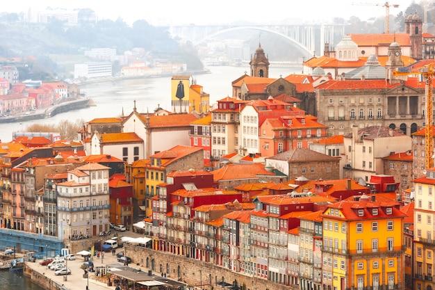 Веселые красочные дома в старом городе порто, португалия