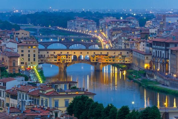 Река арно и понте веккио во флоренции, италия