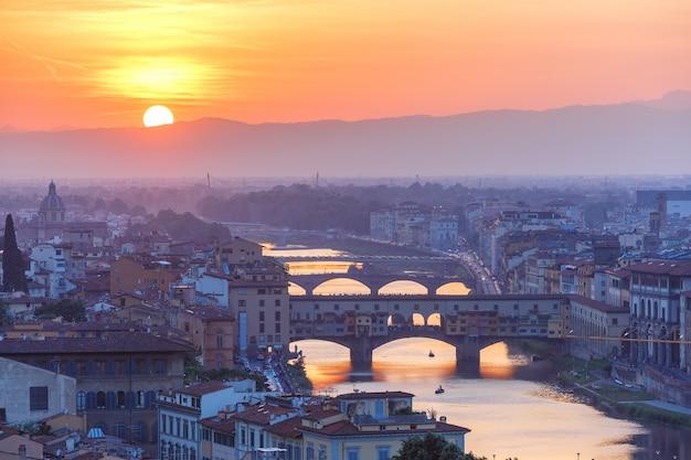 Арно и понте веккио на закате во флоренции, италия