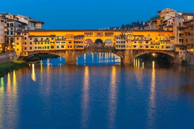 Арно и понте веккио ночью во флоренции, италия