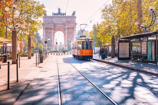 ミラノ、ロンバルディア州、イタリアの有名なヴィンテージの路面電車