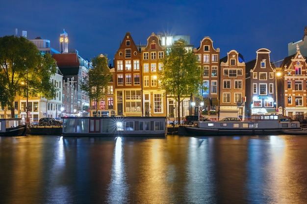 Ночной город амстердам канал с голландскими домами
