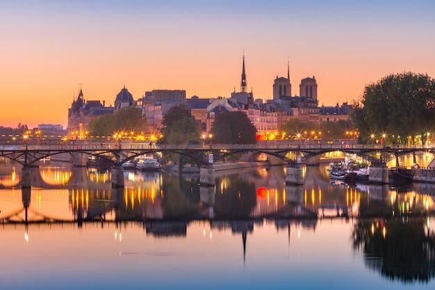 パリ、フランスの夜のイルドラシテ