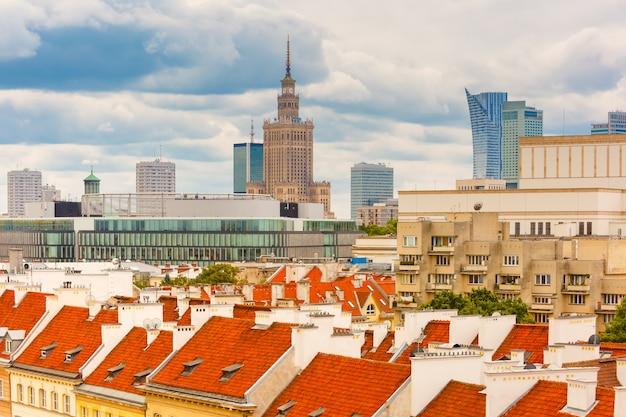 Аэрофотоснимок небоскребов и старого города варшавы.