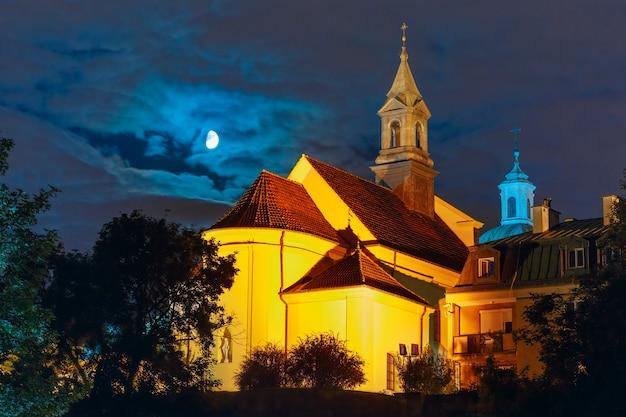 Церковь святого бенсона в ночное время, варшава, польша.