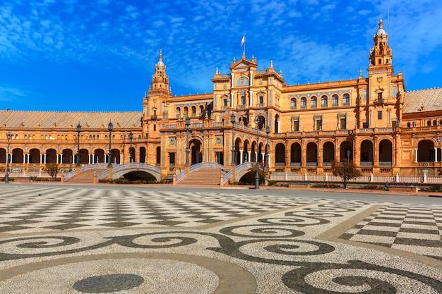 スペイン、セビリアの晴れた日にスペイン広場