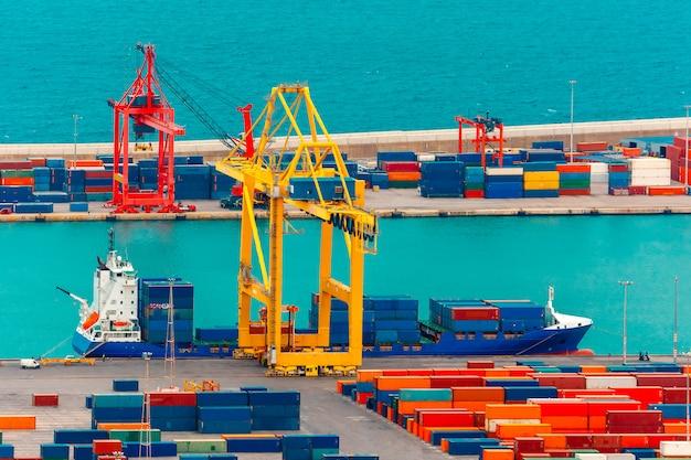 海上貨物船、バルセロナのコンテナーの読み込み