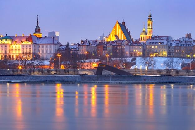 ポーランド、ワルシャワの旧市街とヴィスワ川。