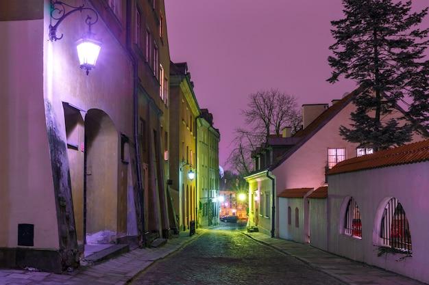 Красивая улица в старом городе варшавы, польша