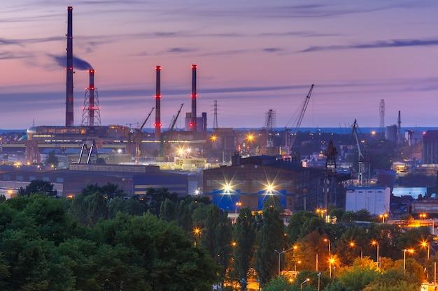 夜、ポーランドのグダニスク造船所