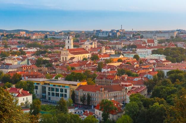 リトアニア、ヴィリニュスの旧市街の空撮。