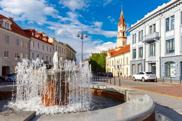 Фонтан и церковь, старый город вильнюс, литва.
