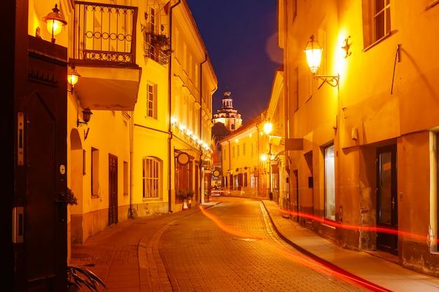 夜、ビリニュス、リトアニアの美しい通り