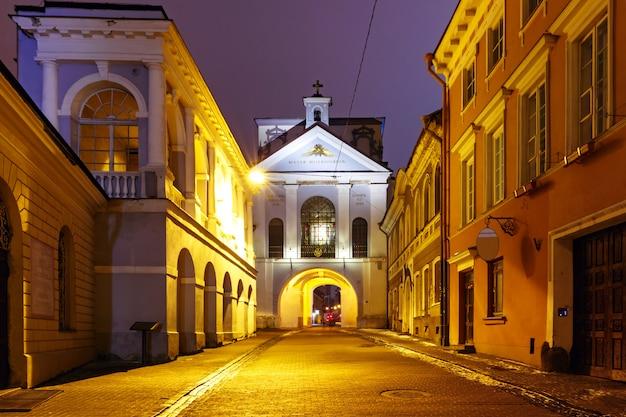 夜、ビリニュス、リトアニアの夜明けの門