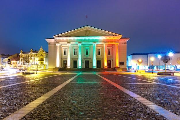 夜、ビリニュス、リトアニアの市庁舎広場