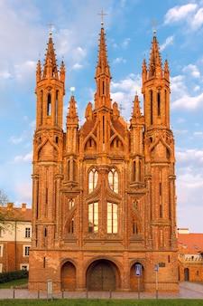 リトアニア、ビリニュスの日没の光で聖アン教会のファサード。
