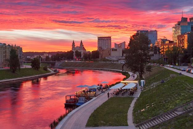 日没時のビリニュス、リトアニア、バルト三国。