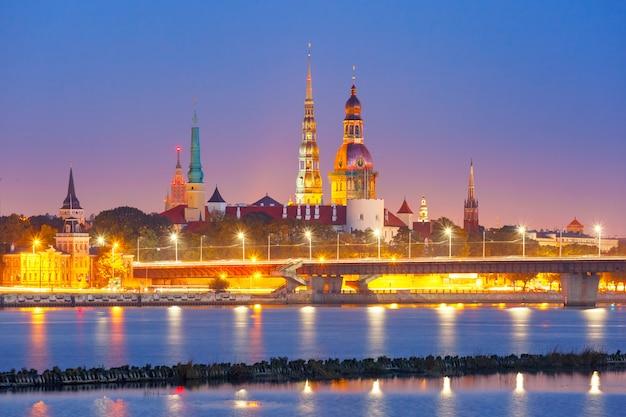 Старый город и река даугава ночью, рига, латвия