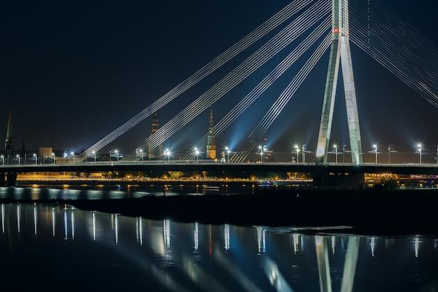 Вантовый мост и река даугава ночью, рига, латвия