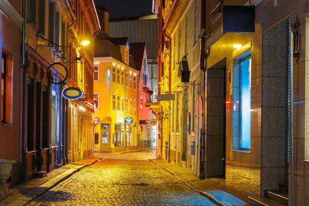Ночная улица в старой риге, латвия
