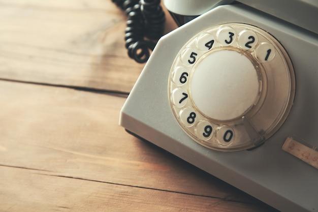 Старинный телефон на столе