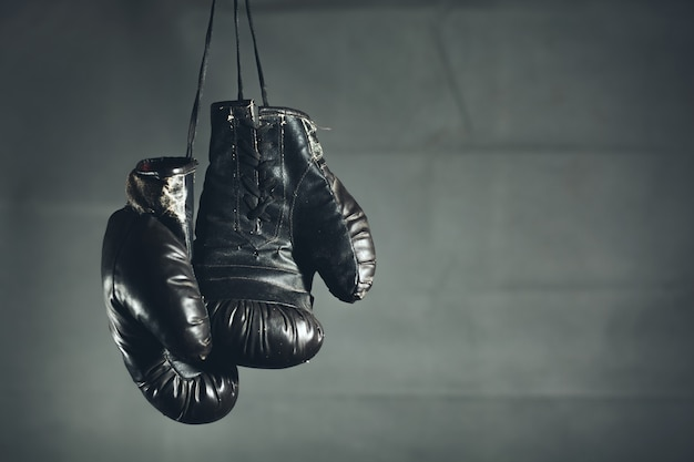 暗い背景にボクシンググローブ