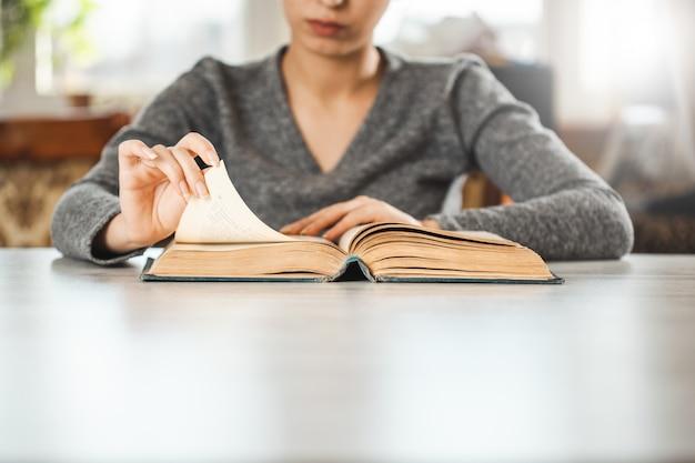 机の上の女性の読書