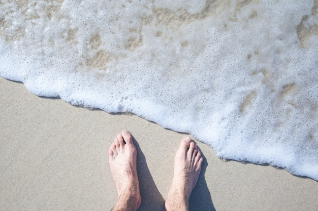 ビーチで若い男の足