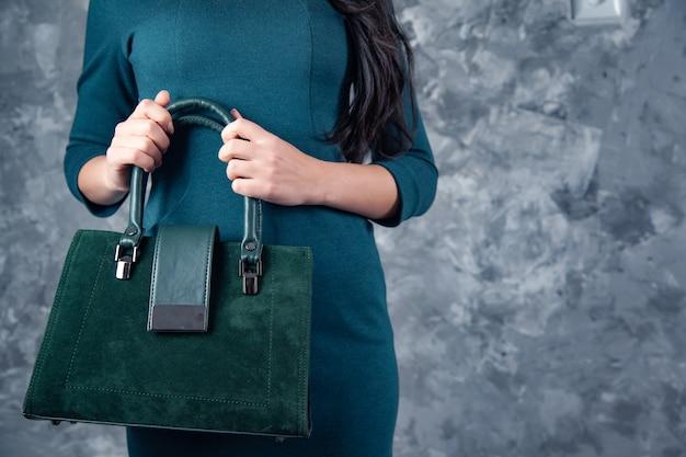 暗い背景に女性のハンドバッグ