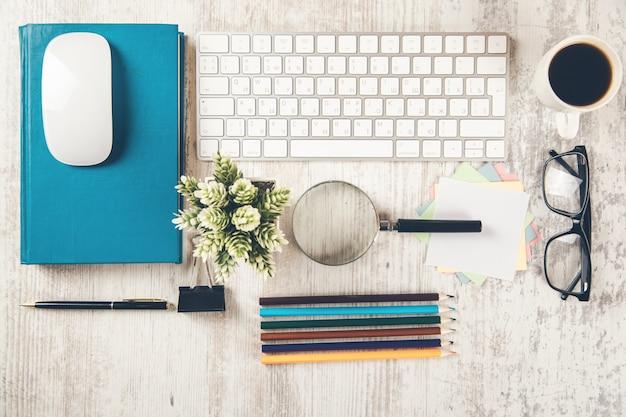 拡大鏡と鉛筆が机の上にあるキーボード